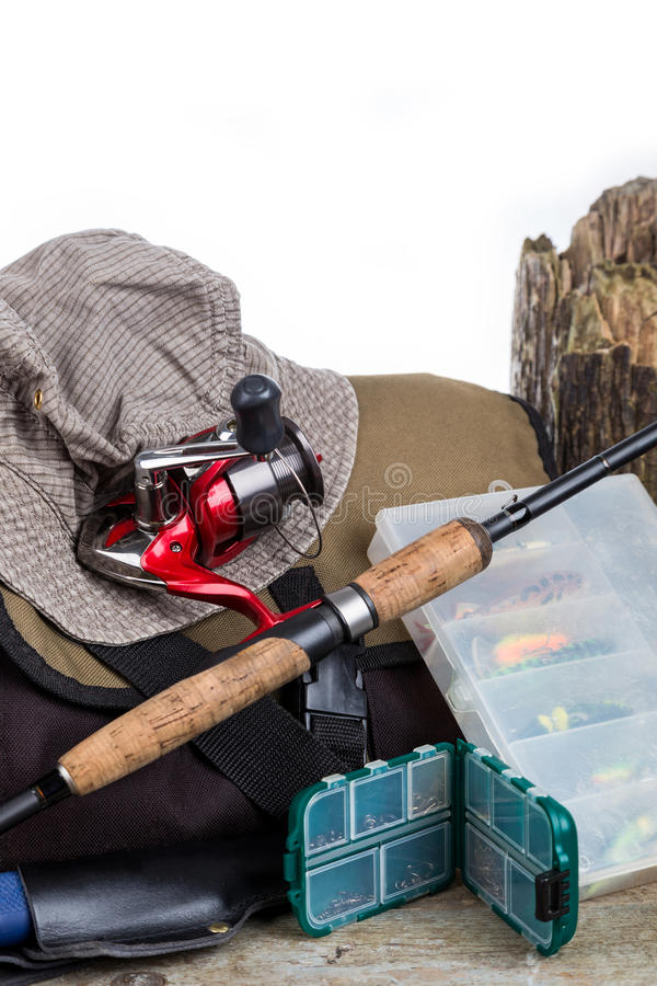 Equipamentos de pesca com bolsa e chapéu foto de stock