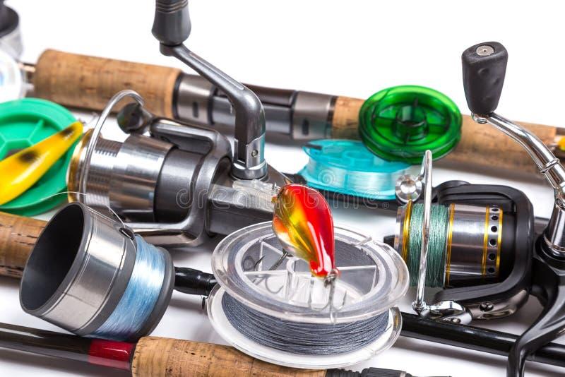 Equipamentos de pesca e iscas com hastes e carretéis imagens de stock