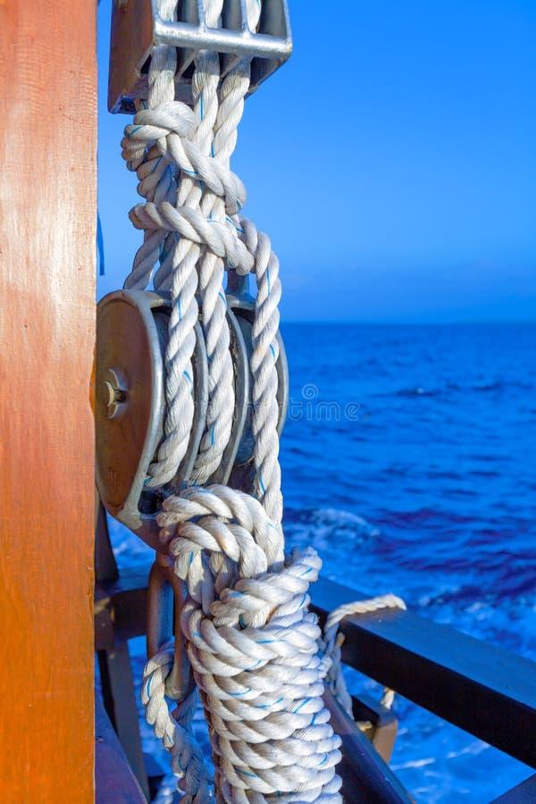 Equipamentos do barco de navigação: Corda e nós imagem de stock royalty free