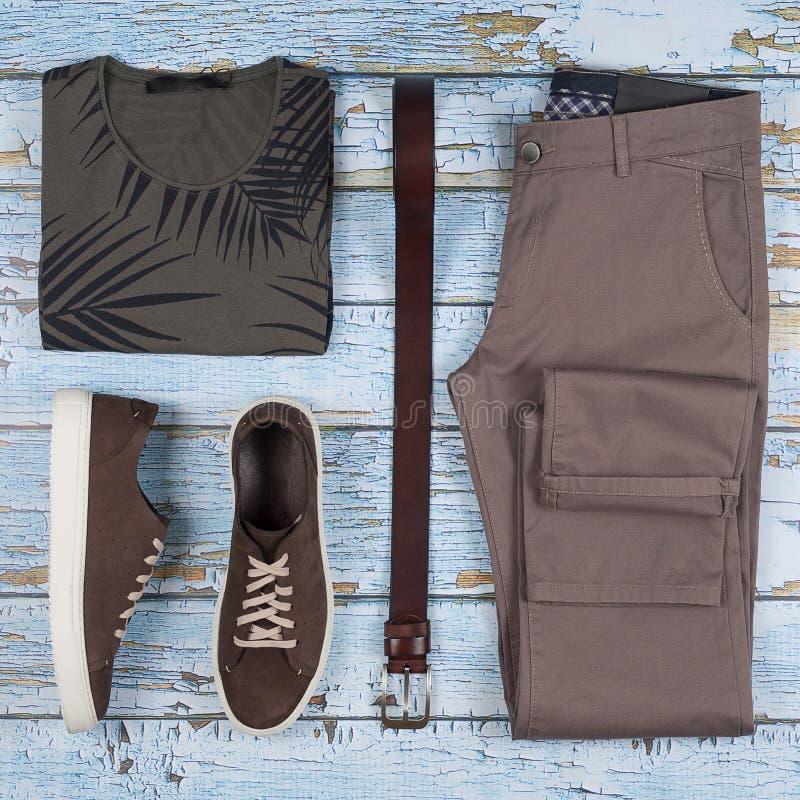 Equipamentos ocasionais do ` s dos homens Sapatas, roupa e acessórios dos homens no fundo de madeira - t-shirt, calças de brim, s imagens de stock