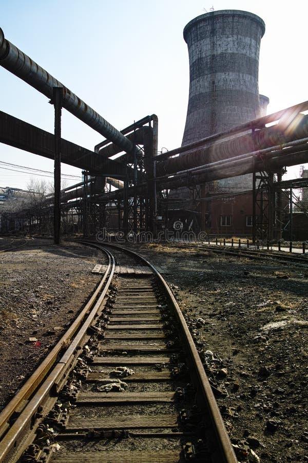 Equipamentos railway e abandonados oxidados da fábrica de aço imagem de stock royalty free