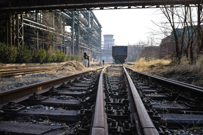 Equipamentos railway e abandonados oxidados da fábrica de aço imagens de stock