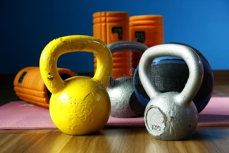 Equipamentos sortidos do gym ou do exercício imagem de stock royalty free