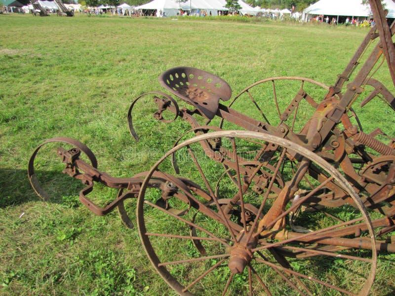 Equipamiento agrícola oxidado imagenes de archivo