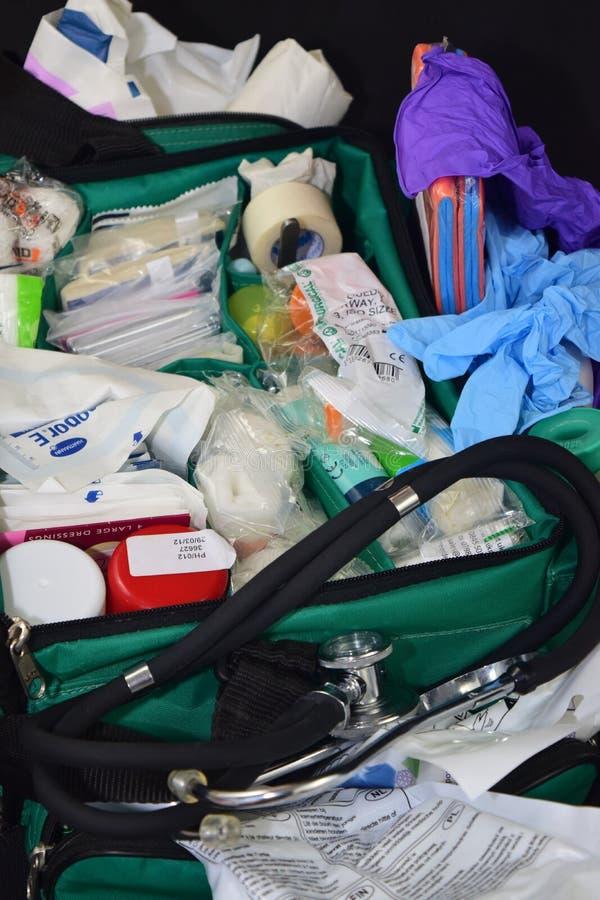 Equipamiento médico en bolso verde fotografía de archivo