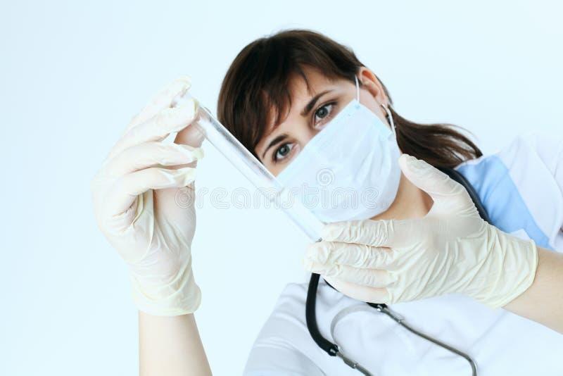 Equipamiento médico en mano del doctor fotos de archivo