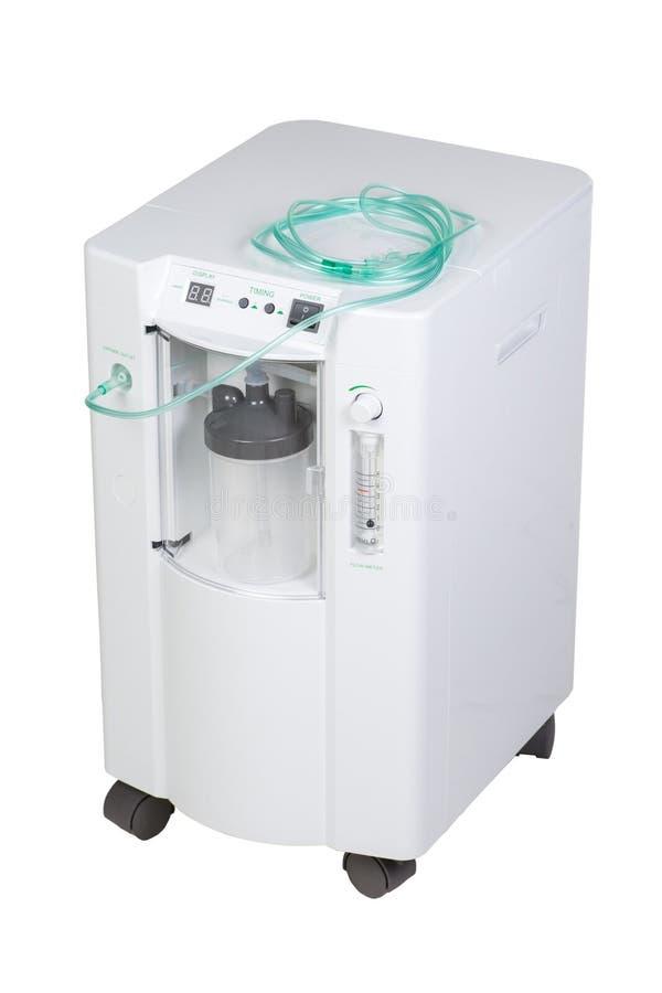 Equipamiento médico moderno especial - inhalación del concentrador del oxígeno con el metro de flujo suply aislado en blanco fotografía de archivo libre de regalías