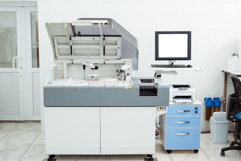 Equipamiento médico moderno para el análisis bioquímico automático de la sangre y del suero fotografía de archivo libre de regalías