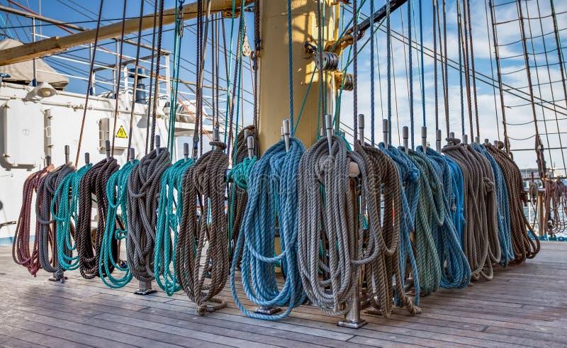 Equipando o mastro de um grande um navio alto imagens de stock