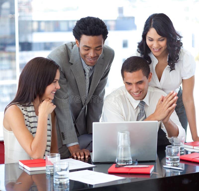 Equipe étnica do negócio que trabalha junto imagem de stock royalty free