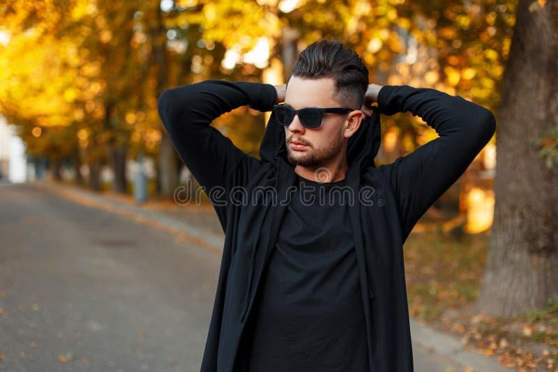 Equipe óculos de sol vestindo no vestidos hoody pretos foto de stock royalty free