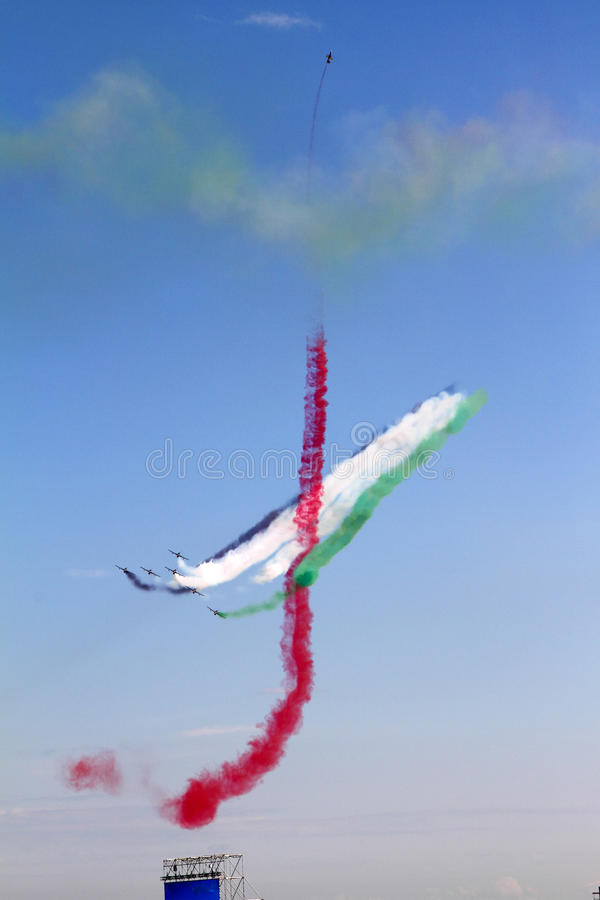 Equipe Aerobatic da exposição de Emiratos Árabes Unidos no Inte foto de stock royalty free