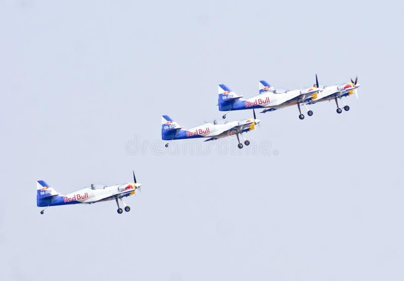 Equipe aerobatic da exposição de Red Bull que descola na mostra Aero 2013 da Índia foto de stock royalty free