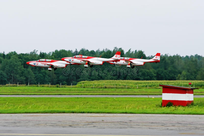 Equipe aerobatic TS-11 Iskra do jato - os planos voam acima. imagens de stock royalty free
