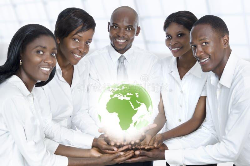 Equipe africana do negócio com o mapa de África fotografia de stock