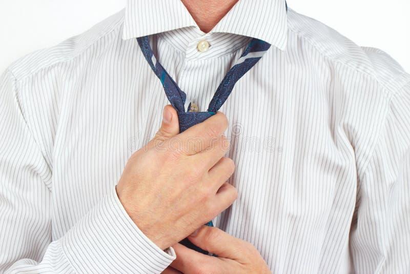 Equipe a amarração de seu laço sobre o close up brilhante da camisa imagem de stock