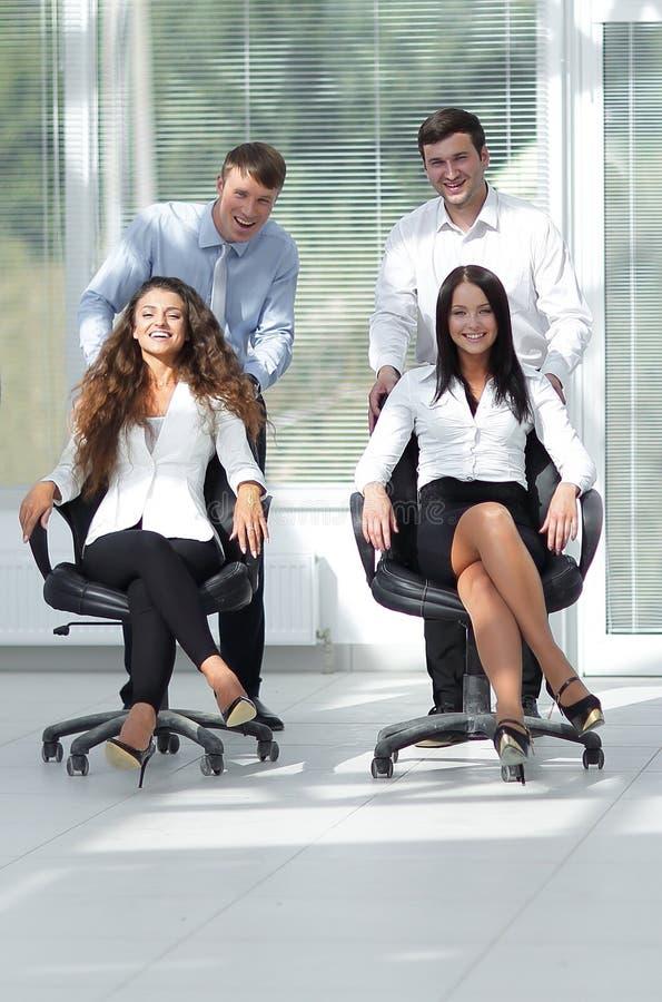 Equipe amigável do negócio no escritório foto de stock