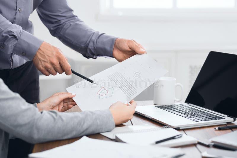 Equipe analítica que trabalha com resultados financeiros no encontro imagem de stock royalty free