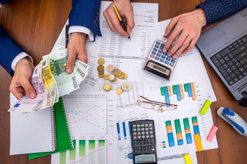 A equipe analisa as despesas de negócio do pressuposto anual imagem de stock