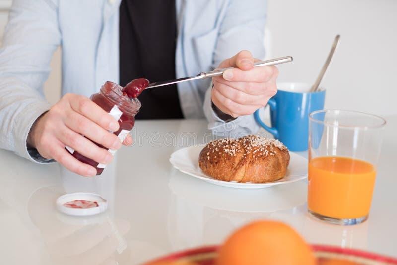 Equipe as mãos que preparam um café da manhã saudável na manhã foto de stock