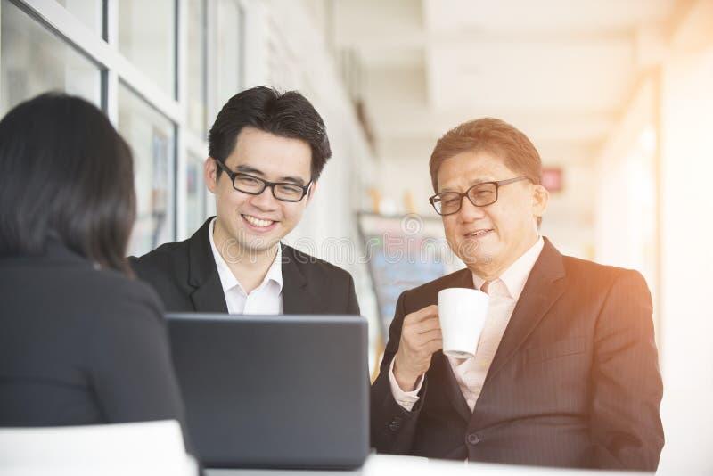 Equipe asiática do negócio imagens de stock royalty free