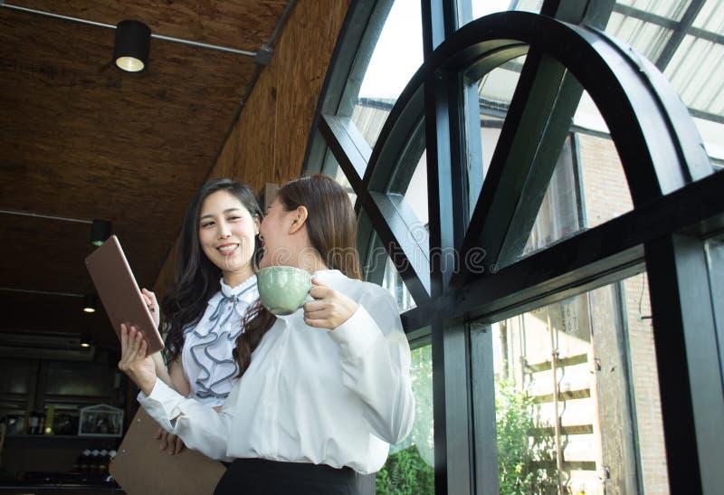 Equipe asiática do negócio que discute o original no processo da cafetaria/trabalho da equipe fotos de stock royalty free