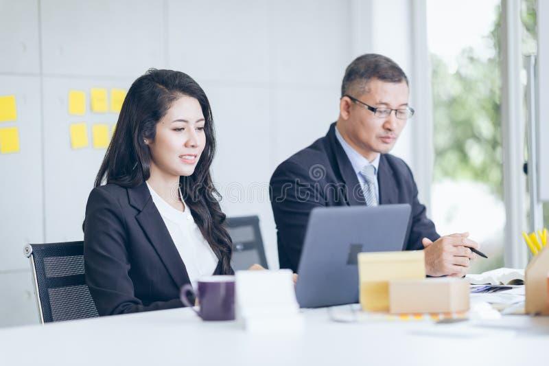 Equipe asiática e caucasiano do negócio que trabalha no escritório, busin dos povos fotos de stock royalty free