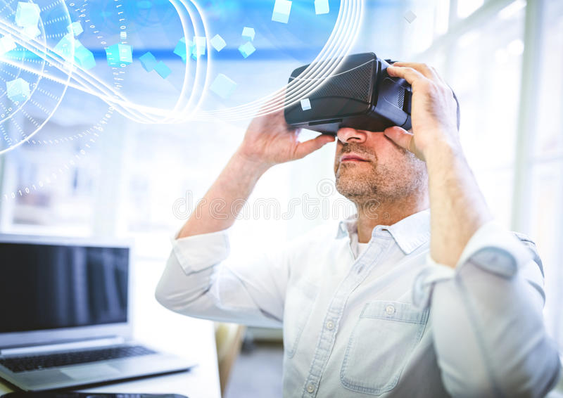 Equipe auriculares vestindo da realidade virtual de VR com relação imagem de stock