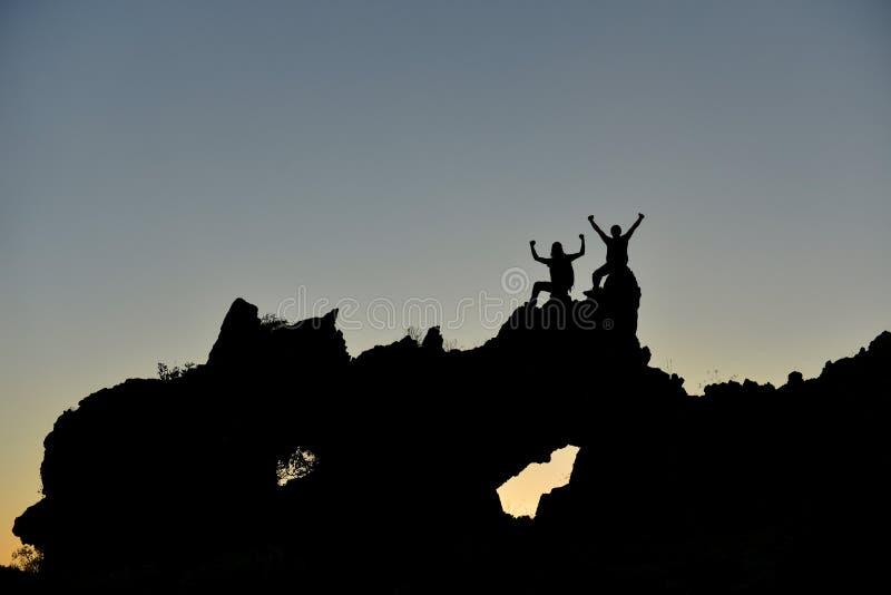 Equipe aventurosa do montanhista e desafio do sucesso fotos de stock