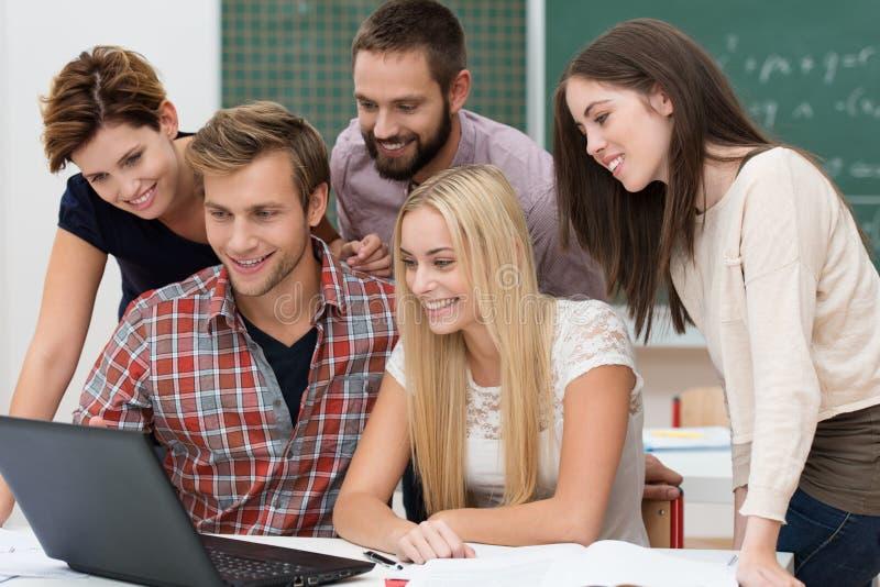 Equipe bem sucedida de estudantes novos foto de stock