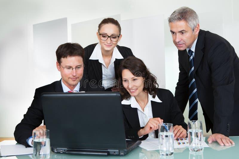 Equipe bem sucedida de sorriso do negócio foto de stock royalty free