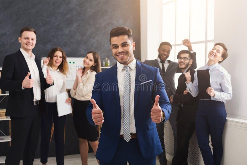 Equipe bem sucedida do negócio no escritório moderno imagem de stock