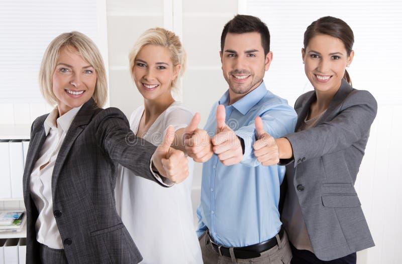 Equipe bem sucedida do negócio no retrato: mais mulher como homens com thu fotografia de stock royalty free