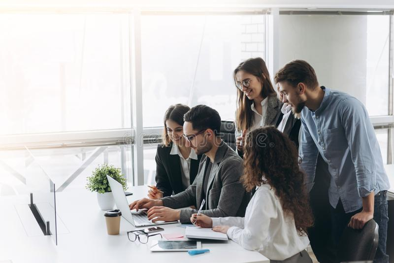 Equipe bem sucedida Grupo de executivos novos que trabalham e que comunicam-se junto no escrit?rio criativo fotografia de stock