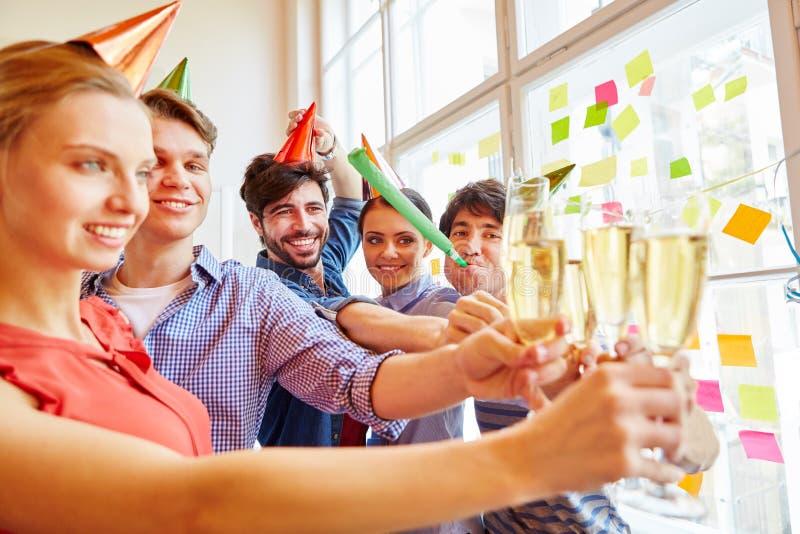 Equipe bem sucedida que brinda com vinho espumante imagens de stock royalty free