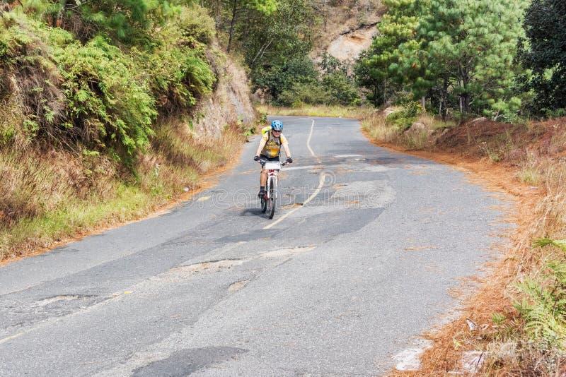 Equipe a bicicleta da equitação nas montanhas da Guatemala foto de stock