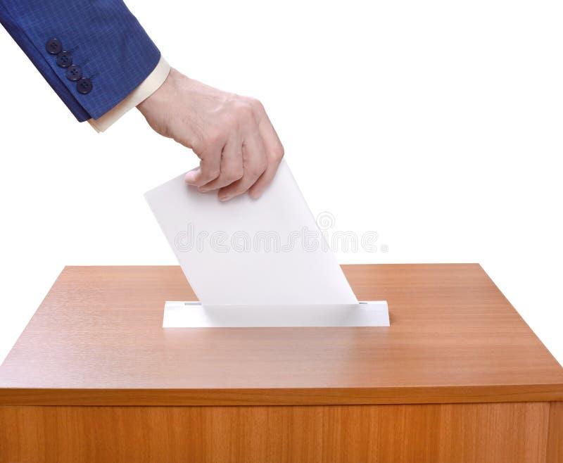 Equipe cédulas dos lances em uma urna de voto fotografia de stock