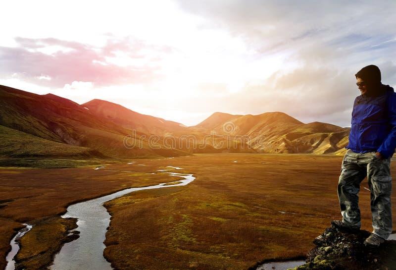 Equipe a caminhada em montanhas coloridas de Landmannalaugar em Islândia imagem de stock