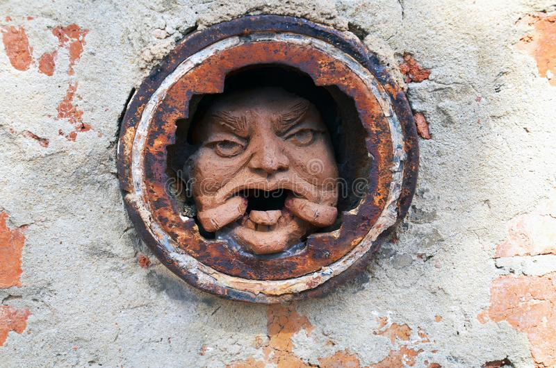 Equipe a cara do ` s no furo na parede de tijolo em Melbourne fotos de stock royalty free