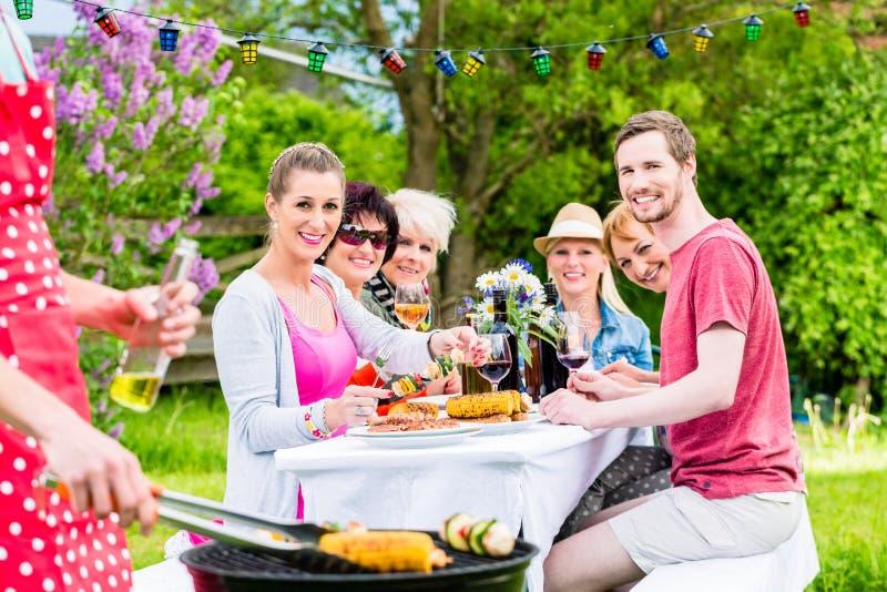 Equipe a carne e os vegetais do churrasco no partido de jardim fotografia de stock