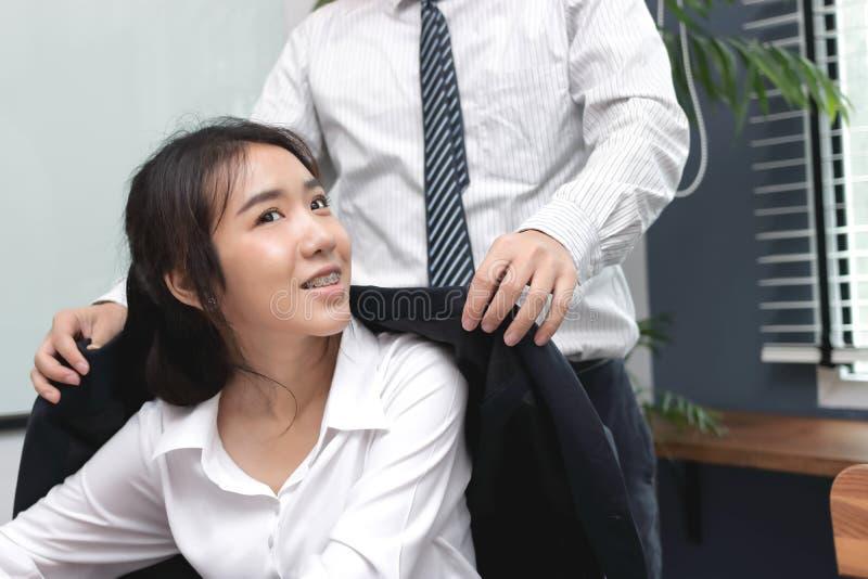 Equipe ciao a beleza a mulher de negócio asiática nova no escritório imagem de stock