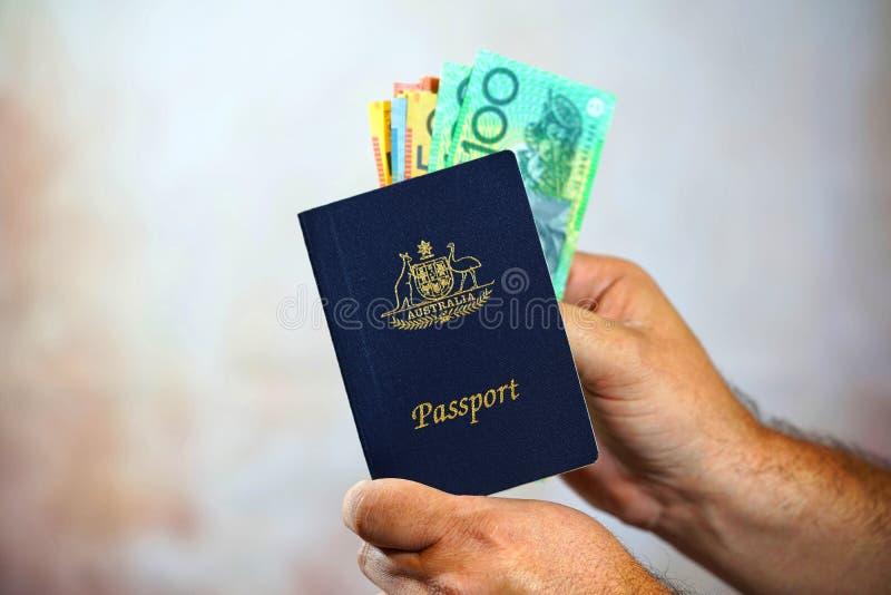 Equipe a colocação do dinheiro australiano no passaporte foto de stock royalty free