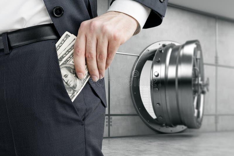 Equipe a colocação do dinheiro no bolso perto do cofre-forte imagem de stock