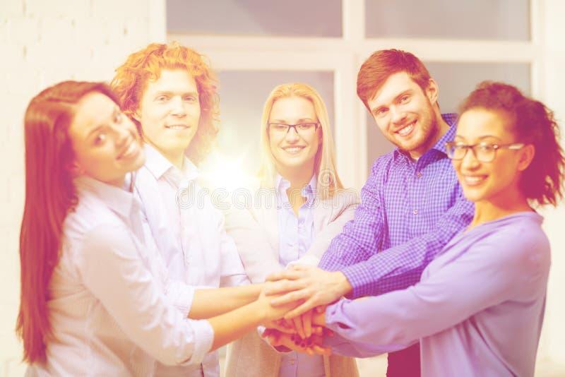 Equipe com mãos sobre se no escritório imagens de stock