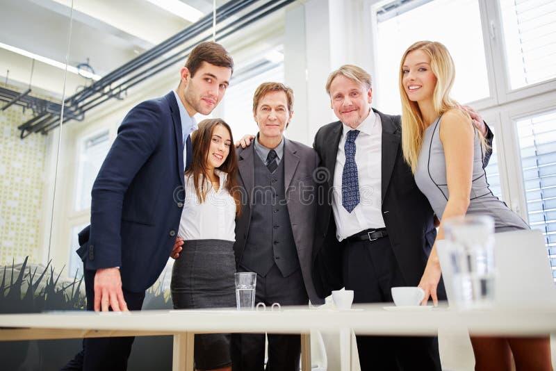 A equipe competente do negócio está com orgulho foto de stock
