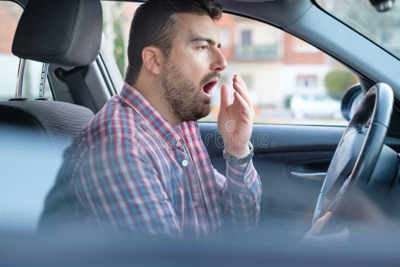 Equipe a condução de seu carro e o sentimento muito cansado foto de stock royalty free