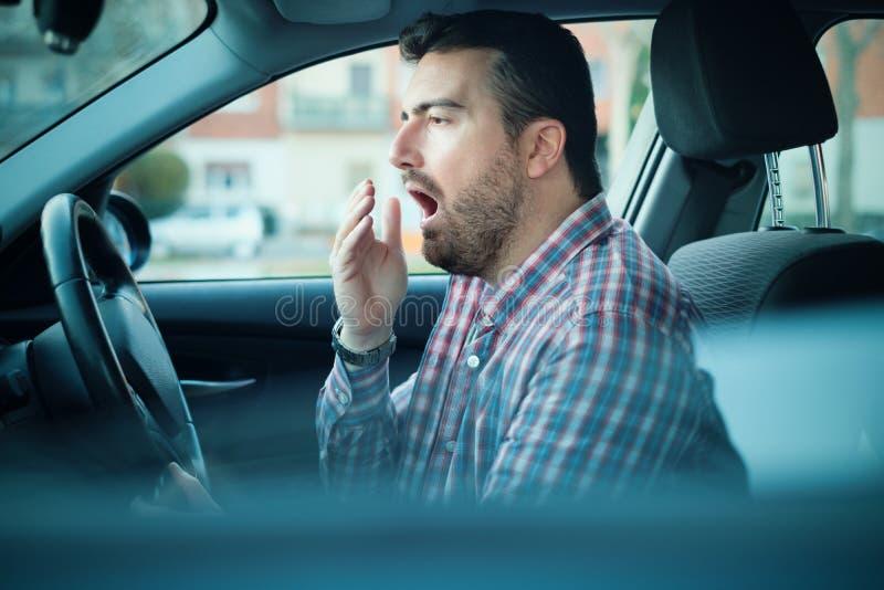 Equipe a condução de seu carro e o sentimento muito cansado imagens de stock royalty free