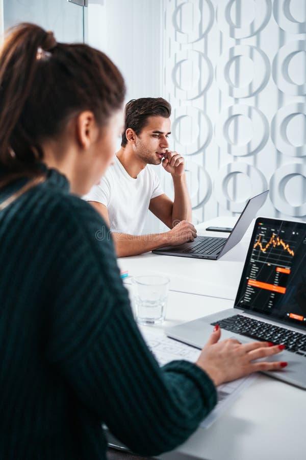 Equipe coworking nova dos povos que senta-se na tabela e que tem a reunião sobre grandes ideias novas fotografia de stock royalty free