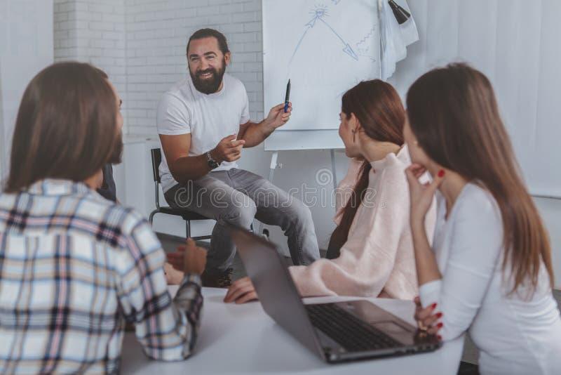 Equipe criativa do negócio que trabalha no escritório junto imagens de stock