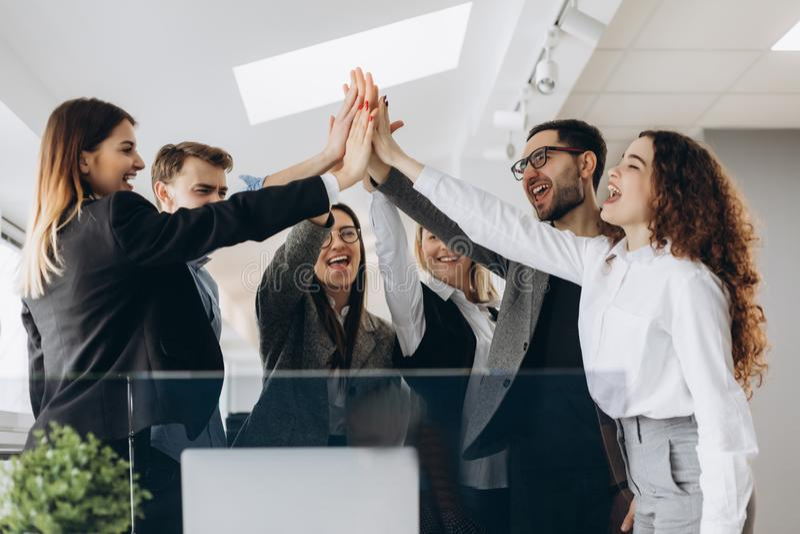 Equipe criativa do negócio que une as mãos no escritório fotos de stock